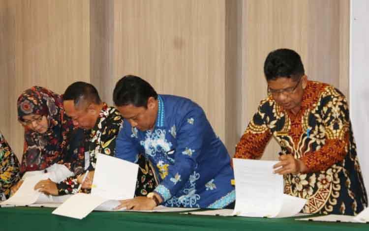 Bupati Pulang Pisau Edy Pratowo (baju batik biru) saat penandatanganan serah terima bantuan hibah dari Dirjen Cipta Karya.