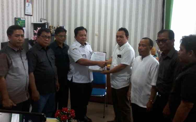 Sejumlah petinggi Golkar menyerahkan SK rekomendasi jabatan wakil ketua I DPRD Katingan.