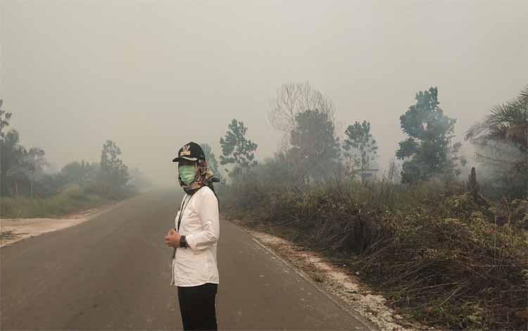 Lurah Mentawa Baru Hilir, Maya Anisa saat memantau kebakaran lahan di Jalan Pelita Barat yang belum tertangani karena Satgas Karhutla kekurangan armada, Rabu 11 September 2019