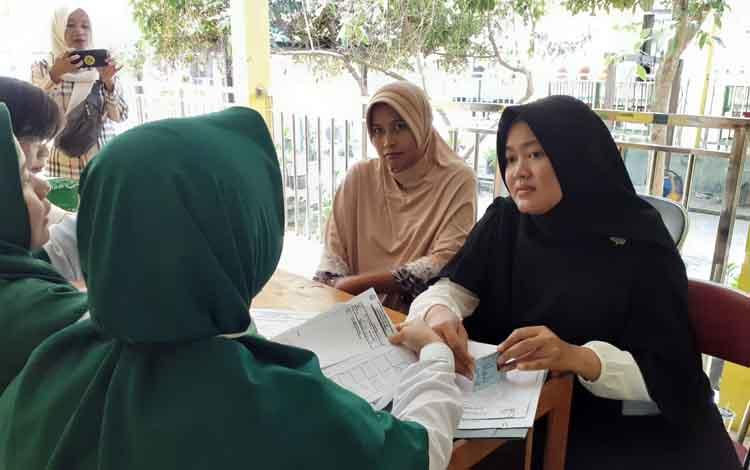 PemeriksaanTriple Elimination untuk memutus mata rantai penularan HIV, sifilis, dan hepatitis B bagi ibu hamil. Tampak pemeriskaan di Puskesmas Sukamara, Rabu, 11 September 2019.