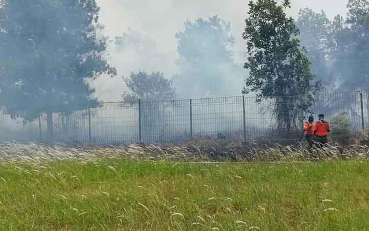 Sejumlah petugas saat berupaya melakukan pemadaman kebakaran lahan di dekat Bandara H Asan Sampit, Rabu, 11 September 2019.