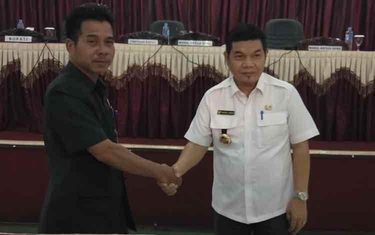 Wakil Ketua DPRD Bartim Raran Bersama Bupati Bartim Ampera AY Mebas. Raran meminta rekanan dalam mengerjakan proyek dana alokasi khusus atau DAK dan yang bersumber dari APBD Barito Timur bisa selesai dengan tepat waktu.
