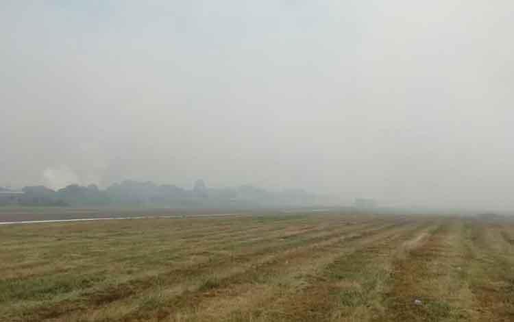 Sebagin areal Bandara H Asan Sampit yang diselimuti asap kebakaran lahan, Rabu, 11 September 2019 siang. Sore ini penerbangan dari Pangkalan Bun - Sampit dibatalkan.