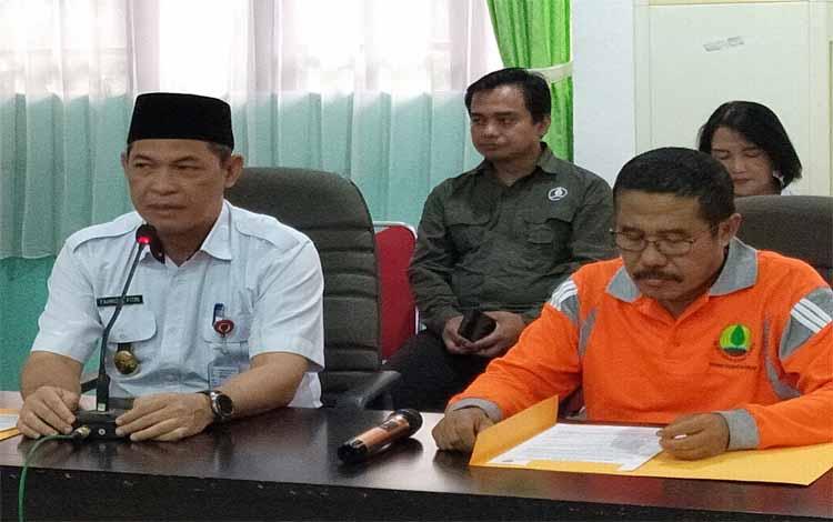 Ketua Tim Restorasi Gambut Daerah Provinsi Kalimantan Tengah, Fahrizal Fitri memberikan keterangan pers terkait dugaan sumur bor yang berada di luar proyek pembangunan yangh dilakukan Badan Restorasi Gambut