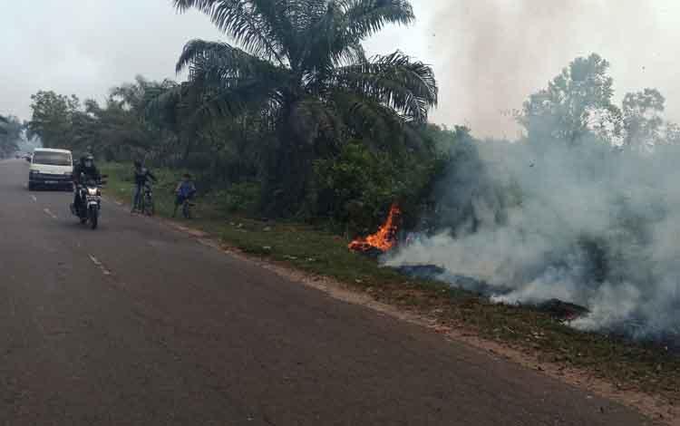 Kebakaran lahan di Jalan Tjilik Riwut, Sampit, Rabu, 11 September 2019. Terkait itu, anggota DPRD Kotim meminta seluruh stakeholder bersatu memadamkan kebakaran hutan dan lahan.