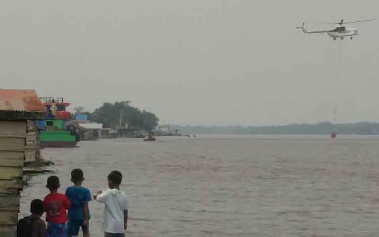 Helikopter water bombing saat mengisi air untuk memadamkan kebakaran lahan yang saat ini mengepung Sampit. Kondiisi ini membuat Satgas Karhutla kewalahan, Rabu, 11 September 2019.
