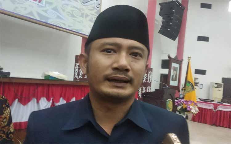 Wali Kota Palangka Raya, Fairid Naparin saat diwawancarai terkait harapannya kepada ketua DPRD dan perangkat yang baru bisa lebih bersinergi dengan eksekutif