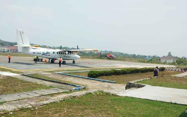 Sebuah pesawat saat mendarat di Bandara Beringin Muara Teweh, Rabu 11 September 2019. Meski kabut asap akibat Karhutla, namun aktivitas penerbangan tetap normal di Barito Utara