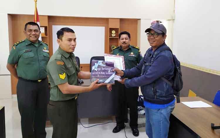 Yusro Arodi salah satu wartawan mendalat apresiasi dari Kodim 1014, sebagai juara tiga lomba karya tulis jurnalistik kegiatan TMMD ke- 105, di Kotawaringin Barat, Rabu, 11 September 2019.