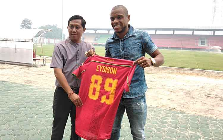 Manajemen Kalteng Putra mendatangkan striker asing asal Brazil, Edyson Teofilo Soares (kanan). Nampak ia berfoto bersama Sekretaris Tim, Sigit Wido.