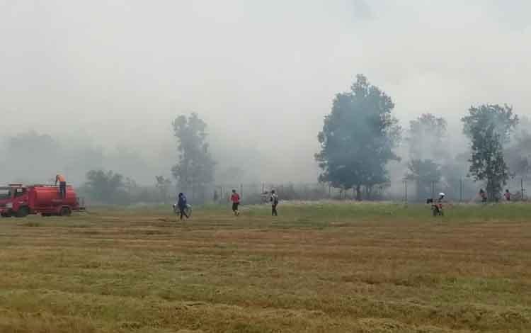 Sejumlah petugas dari Satgas Karhutla saat berupaya memadamkan api yang membakar lahan dengan luasan sekitar 10 hektare dekat bandara Sampit, Rabu, 11 September 2019.