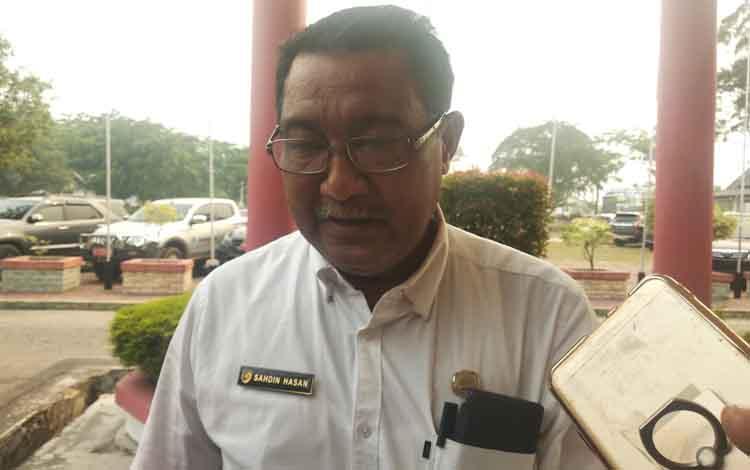 Kepala Dinas Pendidikan Kota Palangka Raya, Sahdin Hasan saat diwawancarai terkait penundaan jam masuk karena kabut asap yang diberlakukan mulai besok, Rabu, 11 September 2019