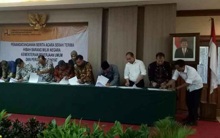 Bupati Gumas Jaya Samaya Monong (dua dari kanan) dan lainnya saat acara penandatanganan Naskah dan Berita Acara Serah Terima Hibah Barang Milik Negara, di Jakarta, Selasa, 10 September 2019.