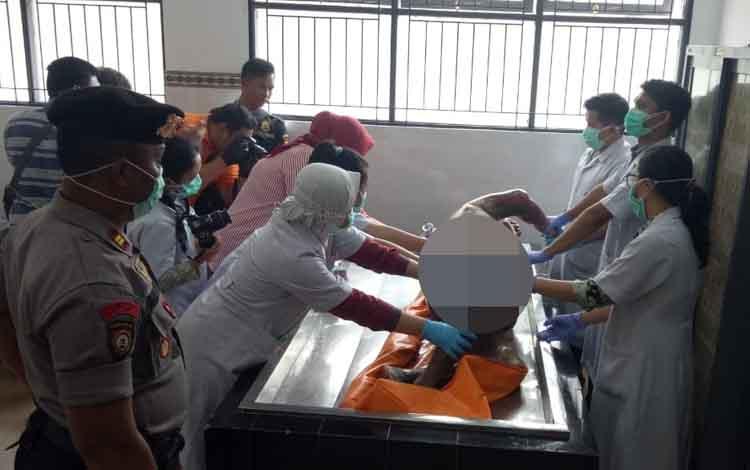 Tim dokter RSUD Doris Sylvanus Palangka Raya, saat melakukan visum terhadap jenazah Miden yang ditemukan tewas di pondok, Rabu, 11 September 2019.