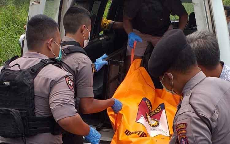 Anggota kepolisian saat mengevakuasi jenazah Miden dengan ambulance menuju RSUD Doris Sylvanus.
