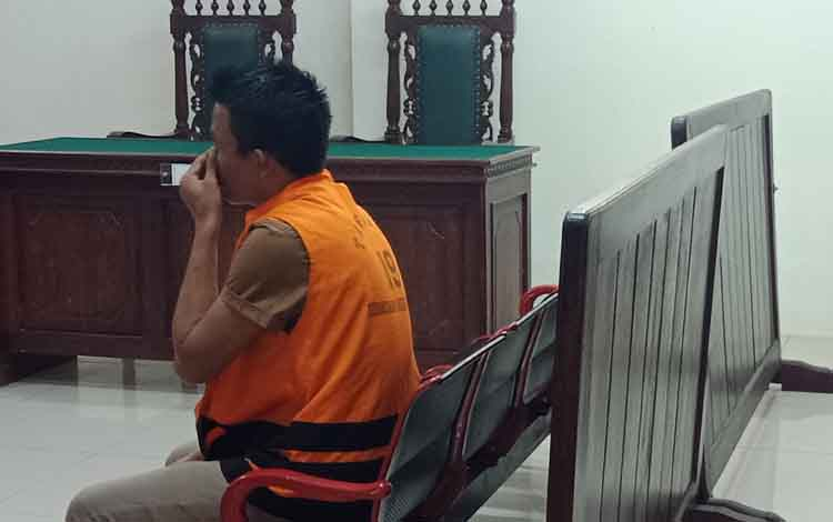 Am terdakwa sabu saat jalani sidang di Pengadilan Negeri Sampit, Kamis, 12 September 2019. Am bersama rekannya yang sesama pembeli dan penjual sabu divonis lima tahun penjara.