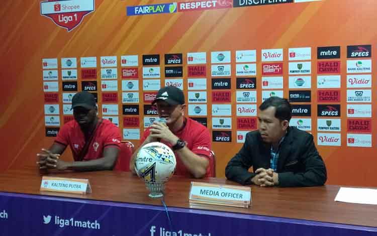 Pelatih Kalteng Putra Gomes De Oliveira memberikan keterangan pers. Gomes menyebut semua pemain siap menghadapi Persebaya Surabaya