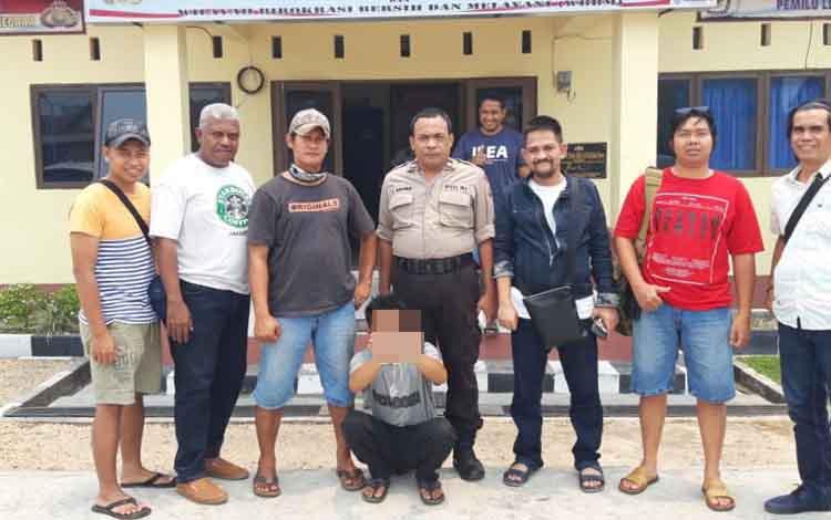 Anggota Polda Kalimantan Tengah memperlihatkan tersangka sabu, Syarifudin yang diamankan di wilayah Barito Selatan, Selasa 10 September 2019