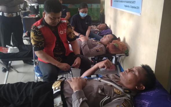 Operasi Patuh Telabang 2019 telah berakhir. Sebagai penutup kegiatan, jajaran Satlantas Polres Kobar menggelar aksi donor darah dengan tema Peduli Sesama, Kamis, 12 September 2019.
