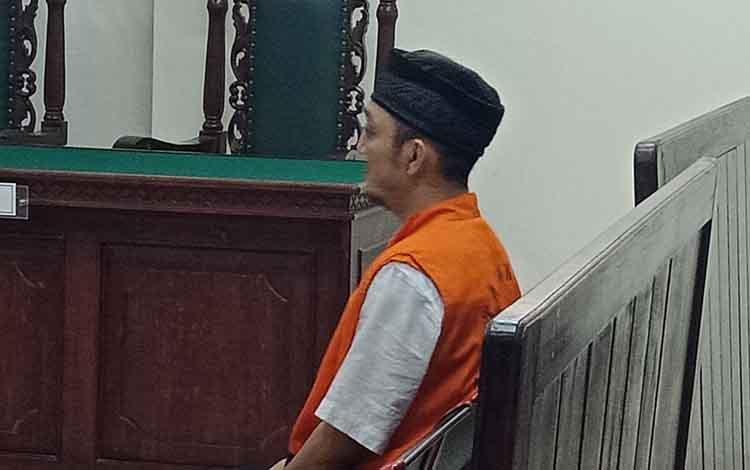 DS MD At, terdakwa sabu saat sidang di Pengadilan Negeri Sampit, Kamis, 12 September 2019. Terungkap terdakwa beli sabu paketan kecil untuk dikonsumsi.