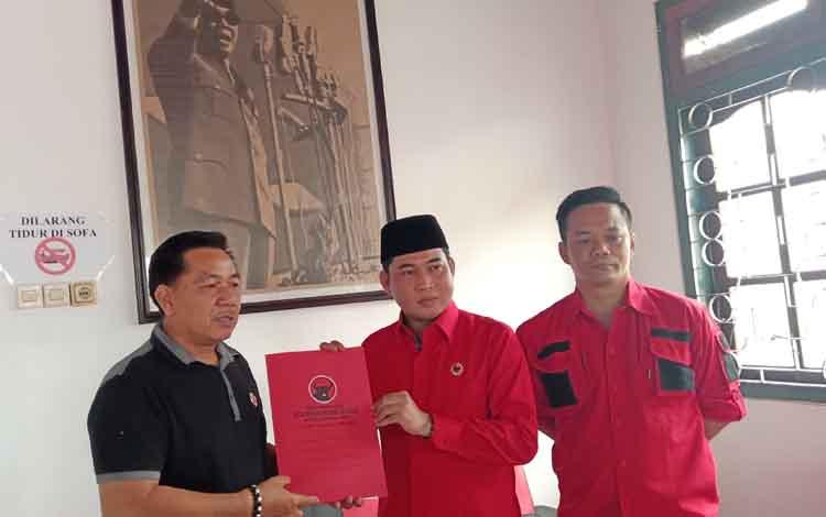 HM Jhon Krisli (pakai peci) dan tim menyerahkan berkas dan mendaftarkan diri ke panitia penjaringan bakal calon Bupati Kotim di PDI Perjuangan Kamis, 12 September 2019. Dia optimistis diusung partai itu maju di Pilkada Kotim 2020.