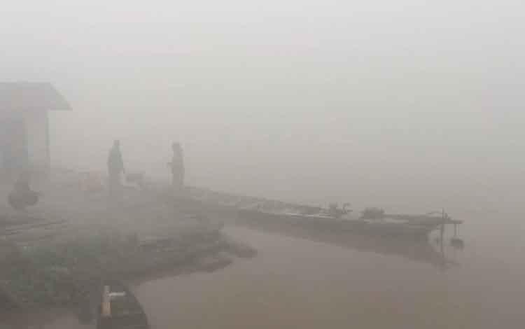 Kabut asapdampak karhutla yang tebal pada pagi hari, Kamis, 12 September 2019 membuat para motoris transportasi sungai tidak berani beroperasi lantaran pandangan yang tidak jelas
