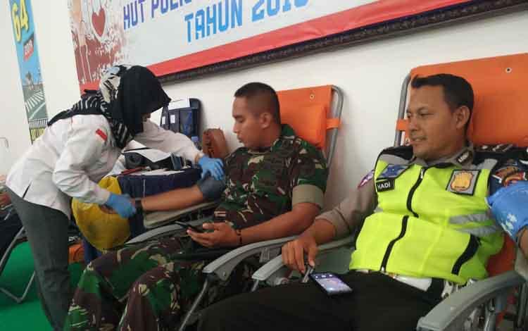 Anggota TNI dan Satlantas Polres Kotim saat mendonorkan darah mereka dalam rangkaian kegiatan HUT Satlantas, Kamis, 12 September 2019.