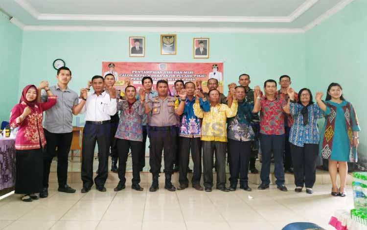 Para calon Kepala Desa Anjir Pulang Pisau foto bersama dengan panitia penyelenggara Pilkades seusai penyampaian visi misi