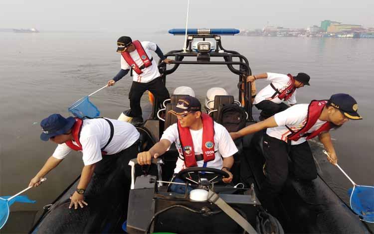 Pegawai KSOP Kumai memberihkan pantai dan laut dalam rangka memperingati Harhubnas, Kamis, 12 Sepetember 2019