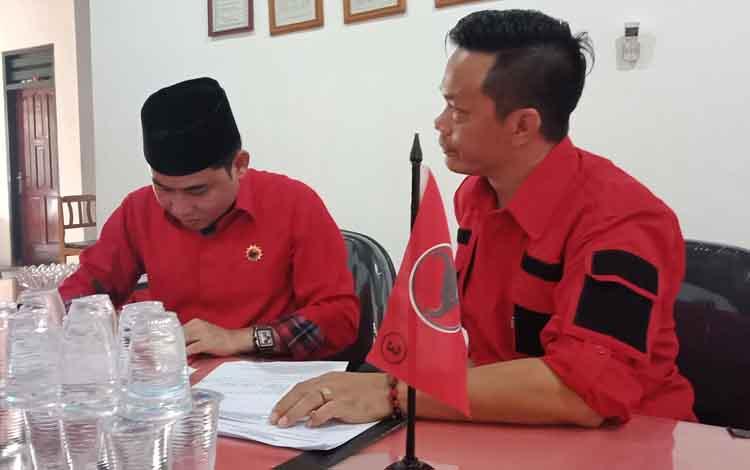 HM Jhon Krisli (pakai peci) bersama tim mendaftar di DPC PDI Perjuangan Kabupaten Kotawaringin Timur , Kamis, 12 September 2019. Jhon Krisli merupakan pendaftar pertama.