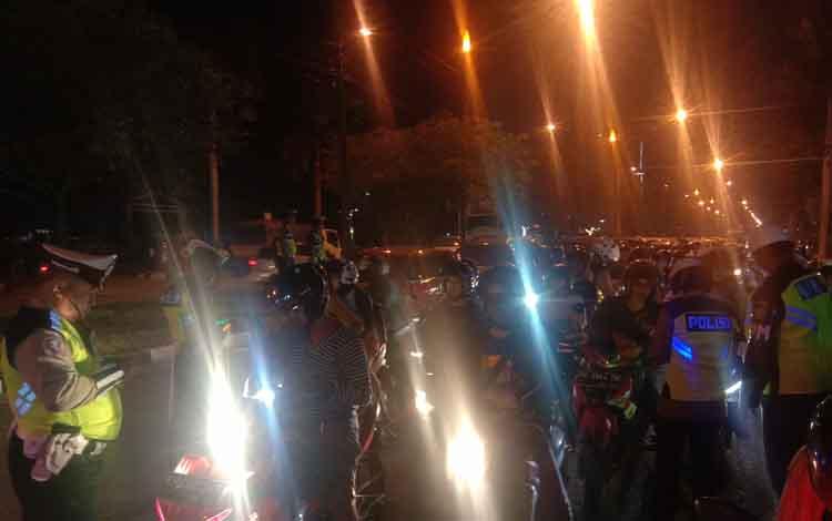 Polisi lalu lintas saat menjaring ribuan pelanggar lalu lintas dalam operasi patuh telabang tahun 2019, Rabu 11 September 2019 di salah satu titik di wilayah hukum Polres Palangka Raya.