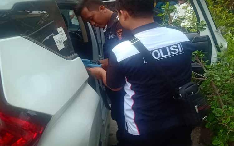 Anggota Polres Palangka raya saat melakukan olah TKP seusai kejadian pecah kaca di parkiran rumah makan Wong Cilik. Saat ini pelaku sudah ditangkap di wilayah Provinsi Kalimantan Selatan