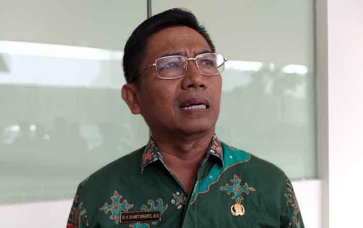 Kadis Pendidikan Kalimantan Tengah, Slamet Winaryo. Pihaknya menyarankan pihak sekolah memasang kipas angin dan AC dalam ruang kelas untuk menghindari kabut asap