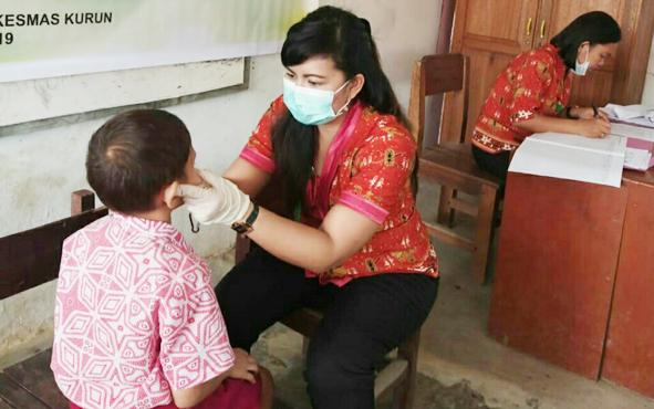 Suasana penjaringan kesehatan peserta didik di SDN 1 Kurun oleh petugas Puskesmas Kurun, Kabupaten Gunung Mas, Kamis, 12 September 2019.