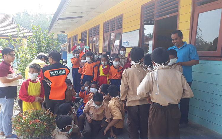 Pemkab Kotawaringin Barat membagikan 38 ribu masker ke seluruh sekolah, Jumat 13 September 2019. Masker ini untuk melindungi anak sekolah dari kabut asap