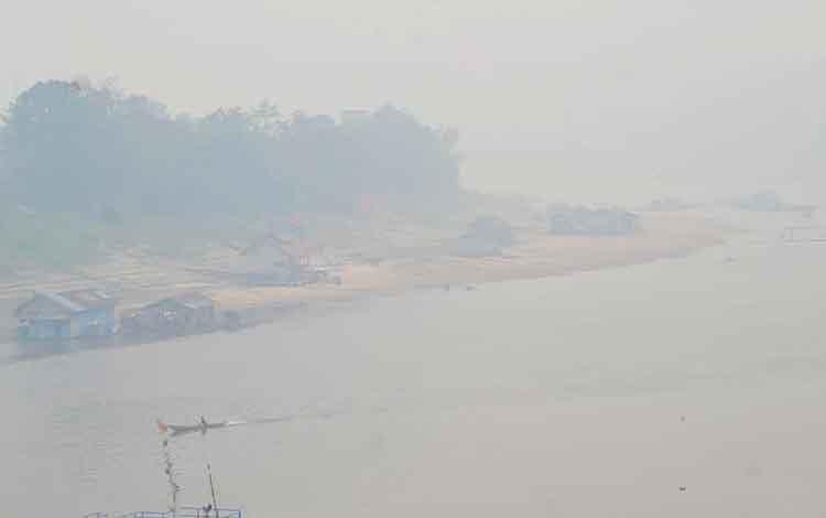 Kondisi Kota Muara Teweh yang diselimuti kabut asap pekat, Jumat, 13 September 2019. Terkait itu Dinas Pendidikan Barito Utara mengambil kebijakan liburkan sekolah.
