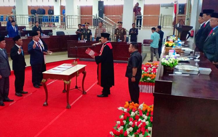 Pelantikan tiga unsur pimpinan DPRD Murung Raya oleh Kepala Pengadilan Negeri Muara Teweh, Jumat 13 September 2019