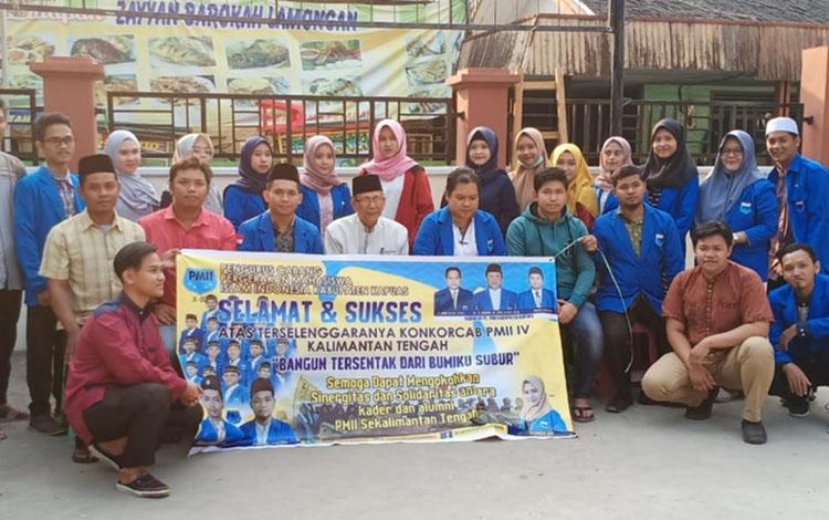 Kader PMII Kapuas foto bersama dalam acara pelepasan untuk ikuti Konkorcab IV Kalimantan Tengah, Jumat sore, 13 September 2019