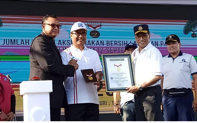 Menteri Perhubungan menerima piagam MURI atas digelarnya bersih laut dan pantai seluruh Indonesia, Jumat 13 September 2019. Sementara itu di Kotawaringin Barat (Kobar) juga ikut andil dalam kegiatan ini