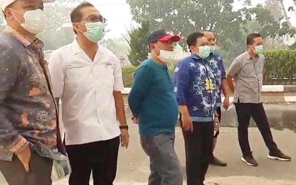 Bupati Pulang Pisau Edy Pratowo (tiga kanan) saat memimpin pemadaman karhutla, Jumat, 13 September 2019. Tim pemadam kebakaran hutan dan lahan menyebar untuk memadamkan api di sejumlah wilayah di Kabupaten Pulang Pisau.