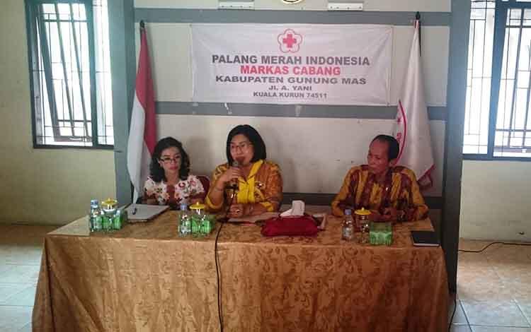 (Kiri ke kanan) Direktur RSUD Kuala Kurun Rina Sari, Ketua PMI Kabupaten Gunung Mas masa bakti 2019