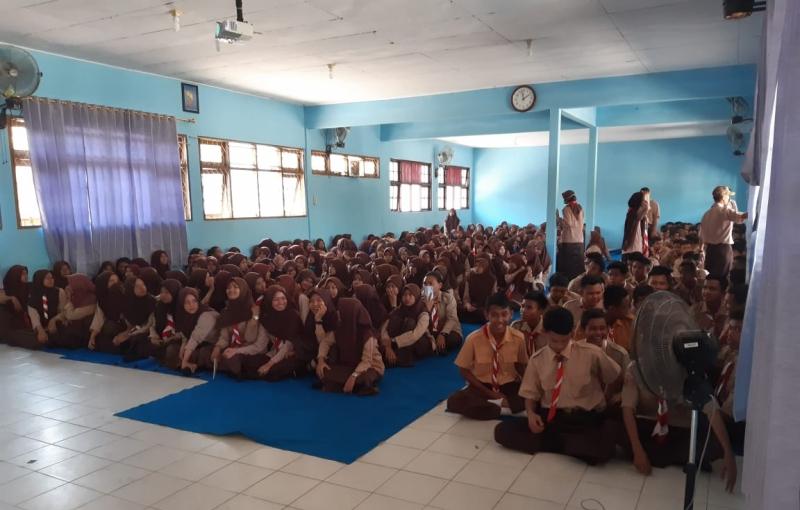 DLH Kotawaringin Barat Sosilaisasi tentang sampah dan ajak pelajar untuk daur ulang sampah di Gugus Depan SMA Negeri 1 Kumai, Jumat, 13 September 2019.
