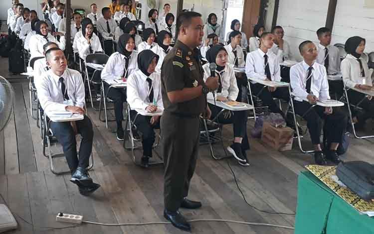Kasi Intel Kejari Kapuas Mauladi saat memberikan materi pada program Jaksa Masuk Kampus Sambangi STIE Kuala Kapuas pada Sabtu sore, 14 September 2019.