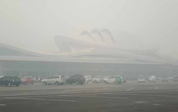 Bandara Tjilik Riwut diselimuti kabut asap. BMKG merilis saat ini kecepatan angin di Palangka Raya masih di bawah 20 Km