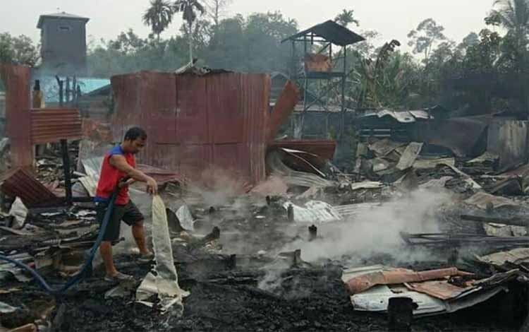 Warga Kelurahan Tehang, Kabupaten Gunung Mas memadamkan api di lokasi kebakaran rumah, Minggu Septe,ber 2019. Akibat kebakaran ini 1 orang dikabarkan tewas terpanggang