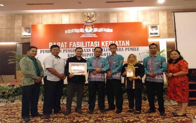 Ketua KPU Barito Timur, Andy Amyano Gandrung foto bersama anggota seusai menerima penghargaan dari KPU Provinsi Kalimantan Tengah, Minggu malam 15 September 2019