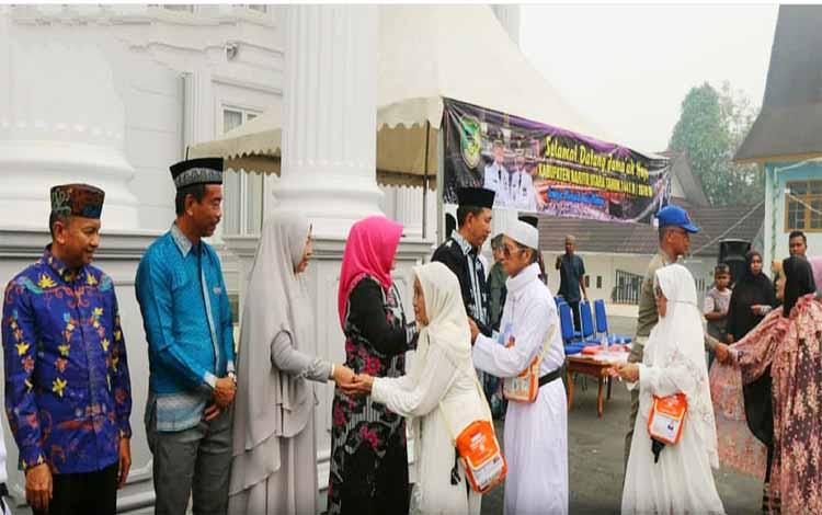Bupati Barito Utara, Nadalsyah menyambut kedatangan jemaah haji yang baru tiba dari Tanah Suci Makkah, Minggu 15 September 2019
