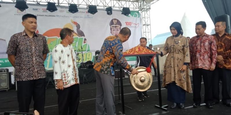 Bupati Barito Selatan, Eddy Raya Samsuri memukul gong tanda dibukanya Barsel Expo 2019. Pemeran ini diikuti 125 stan dari berbagai instansi, BUMN, BUMD, UMKM, dan sekolah