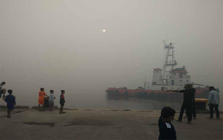 Kondisi kabut asap yang terjadi di Sungai Mentaya dengan jarak pandang terbatas. Sementara itu BMKG memprediksi kemarau di Kotawaringin Timur diprediksi baru berakhir pada Oktober 2019