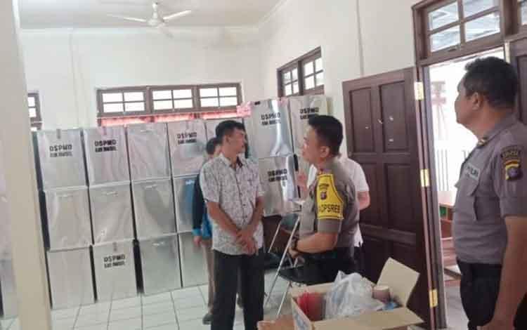 Wakapolres barsel, Kompol Anak Agung Gde Wirata bersama anggotanya melakukan pengecekan logistik Pilkades serentak di DSPMD